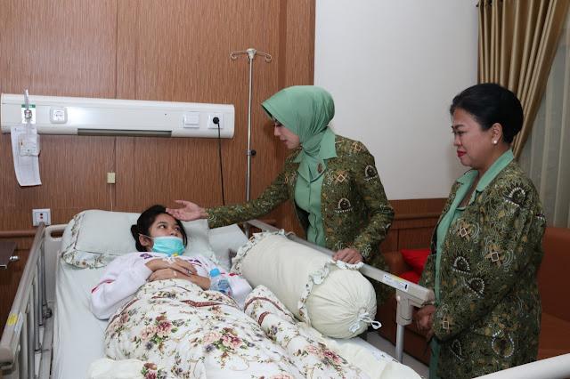 Ketua Persit KCK Koorcab Divif 2 PG Kostrad Jenguk Prajurit ke RST Dr. Soepraoen di Malang
