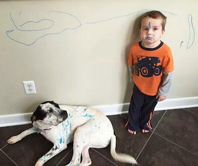 Hijo pinto la pared de su casa