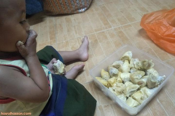 Syoknya Najmi Makan Buah Durian