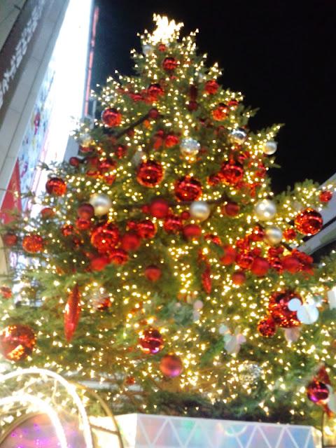 渋谷の東急文化村前にある巨大クリスマスツリーの写真です。