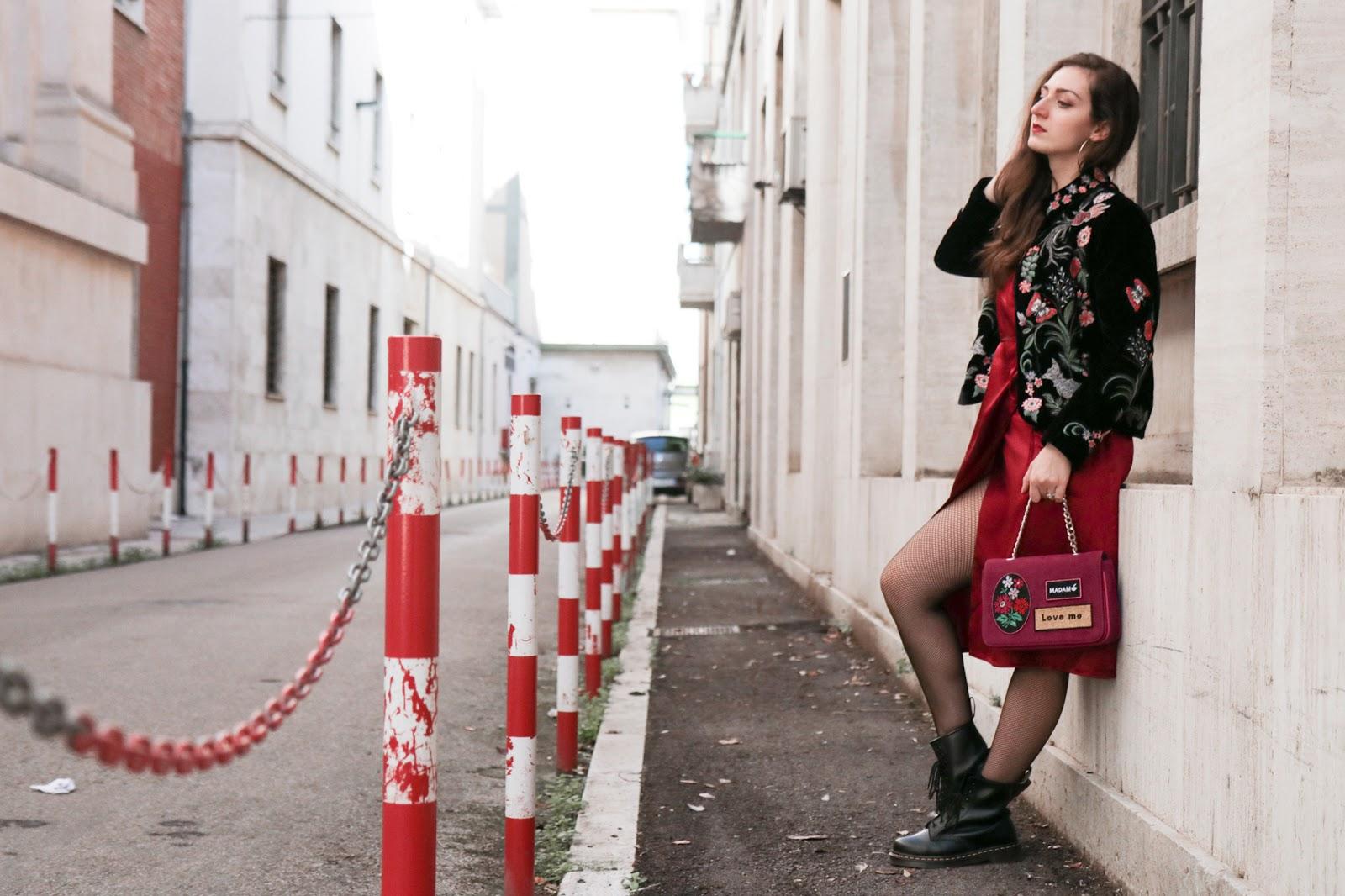 Vestito in seta rosso e Dr Martens: un look chic rock!