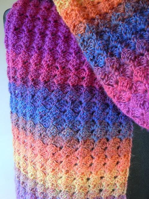 szydełkowy szal, długi i bardzo kolorowy