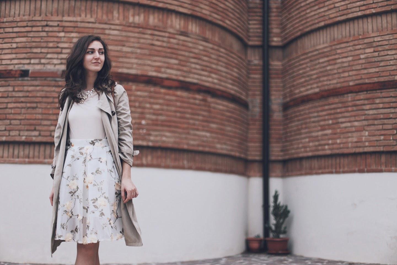 Un trench beige per l'autunno ed una gonna con fiori 3d