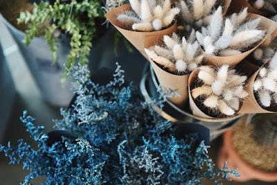 Flores secas en azules, blancos y verdes