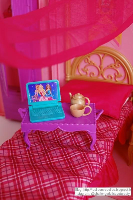 Plateau et service à thé miniature avec ordinateur portable