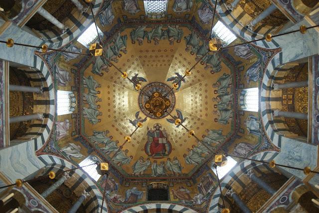 Eine Kirchenkuppel mit viel Gold und Prunk
