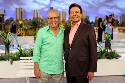 "Carlos Alberto recebe Agnaldo, que também participa do ""Falta Horas"" (Crédito: Lourival Ribeiro/SBT)"