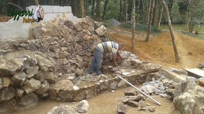 Bizzarri trabalhando, fazendo uma mureta de pedra em um lago de carpas com pedra moledo onde vamos fazer uma cascata de pedra com o piso de pedra um pouco mais alto onde vai ficar em baixo da cascata para quem pegar uma ducha no lago. 30 de março de 2017.