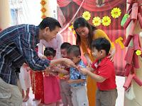 Lì xì trao tay - nét đẹp văn hóa Việt trong ngày Tết cổ truyền