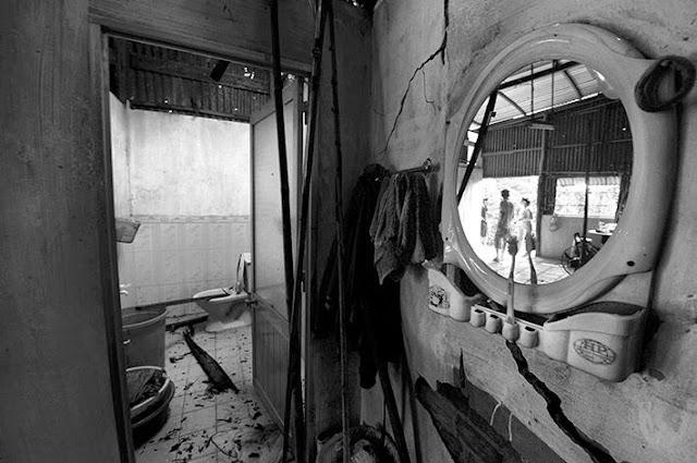 Từ trường PTCS Mỹ Quý, anh Trần Văn Đúa 47 tuổi(bảo vệ) sốt ruột chạy về nhà thì cây to đã ngã đè sập nóc toilet và xô nứt tường.