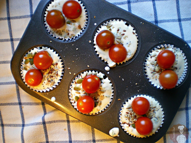 Muffins  de pan integral, queso y tomate: Listos para hornear