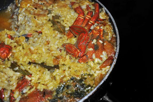 una sartén con arroz con nécoras ya listo para servir