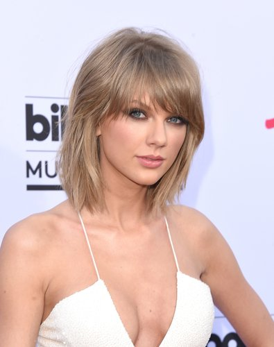 TAYLOR SWIFT ON A  SURPRISE VISIT TO TENNESSEE CHILDREN'S HOSPITAL - HOLLYWOOD NEWS