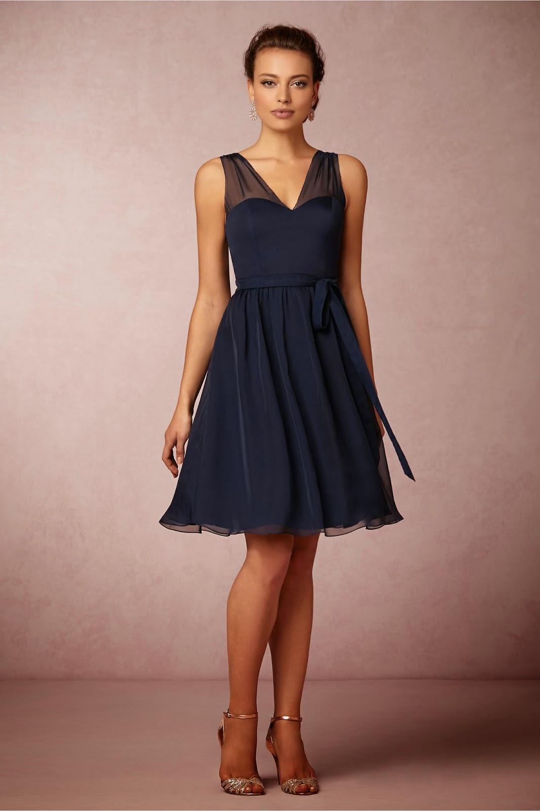 0bfb08b36e0e1 Aralarında mezuniyet elbisesi olabilecek modeller de var. Safir mavisi  tonunda, omuz kısmı transparak kumaştan yapılmış, arkadan fermuarlı bir V  yaka abiye ...