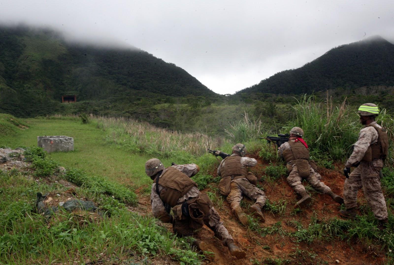 分隊攻撃作戦訓練中に海兵隊がキャンプシュワブでの範囲10の六月五日の目標を射撃する