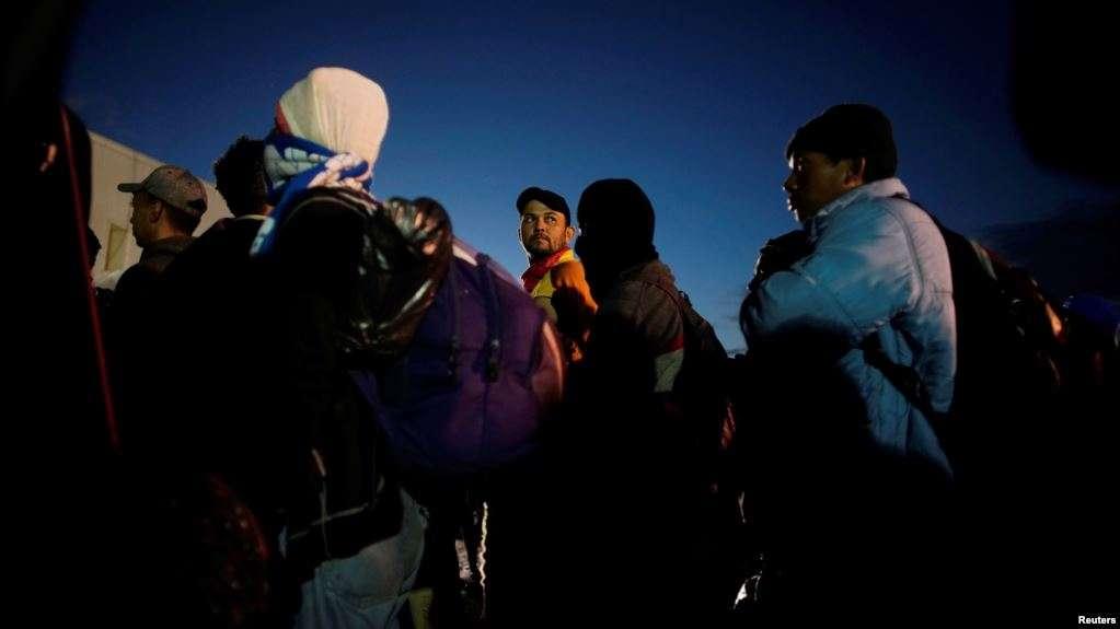 Policía federal de México verifica antecedentes de migrantes / AP