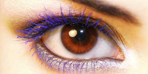 mascara de pestañas morada para maquillar ojos marrones