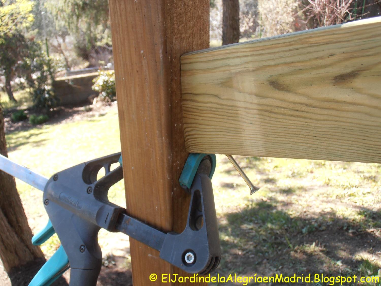El jard n de la alegr a instalaci n de una barandilla de for Barandillas de madera para jardin