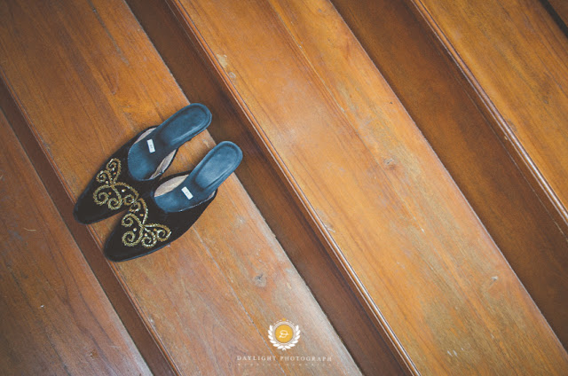 sepatu pernikahan milik pengantin perempuan, berwarna hitam dengan ornamen emas