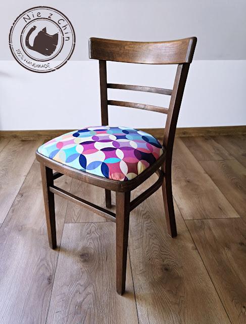 Klasyki PRL w nowym wydaniu, czyli odnowione piękne drewniane krzesła