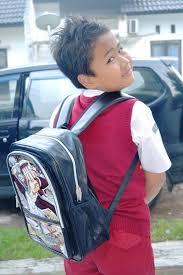 Mengajarkan Anak Menggunakan Seragam Sekolah