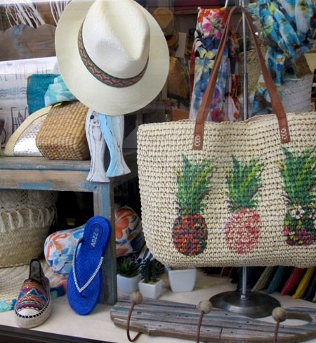 Zapatillas, sombrero, bolso rafia, cojín-playa