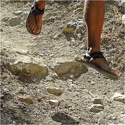 disfrutando del campo con sandalias de campo
