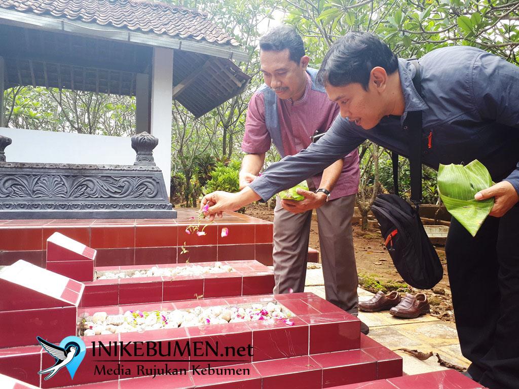 Peringati HPN, Wartawan Tabur Bunga di Makam Tokoh Pers Kebumen