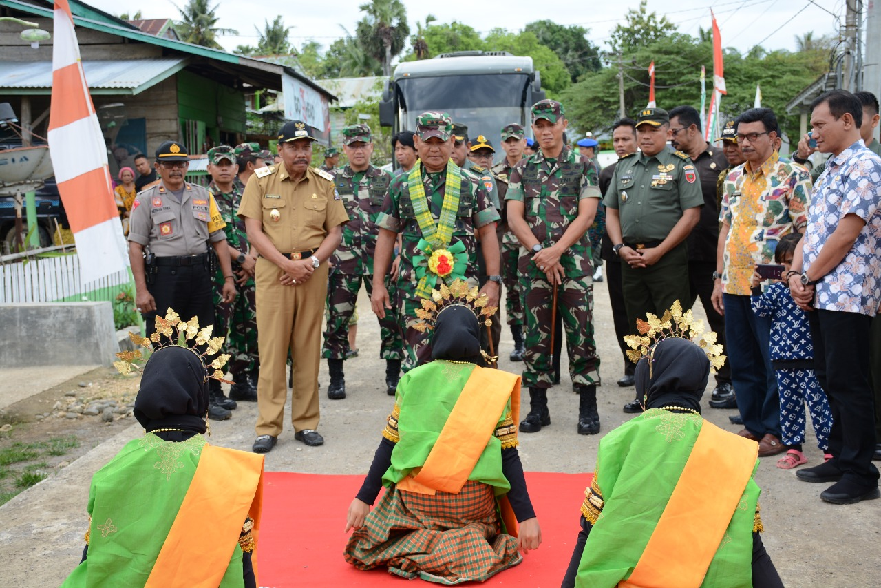 Pangdam XIV/Hasanuddin Disambut Tari Padduppa di Desa Lallatang