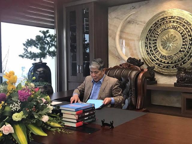 Hình Chủ tịch Lê Thanh Thản trong phòng làm việc tại trụ sở mới Ban QLDA Thanh Hà