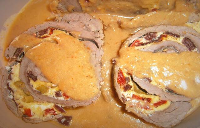 Rollo de ternera relleno de cecina y queso.