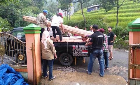 Komunitas Pemalang Bersatu Salurkan Bahan Bangunan untuk Korban Longsor Desa Tundagan