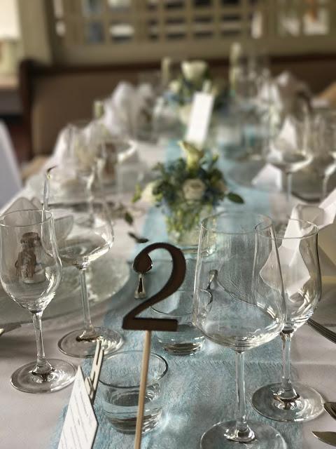 Tischdekoration, Tischnummern, Hochzeitsmotto Flug der Kraniche, 1000 Origami-Kraniche zur Hochzeit, heiraten im Riessersee Hotel Garmisch-Partenkirchen, Bayern, Hochzeitsplanerin Uschi Glas, petrol und weiß