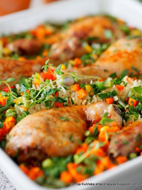 kurczak, podudzia kurczaka, zapiekanka ryzowa z kurczakiem i warzywami, obiad z piekarnika, kurcze na ryzu, ryz, warzywa mrozone