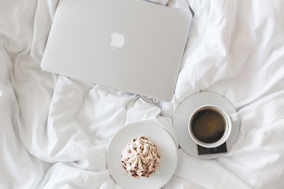 macbook-coffee-bed