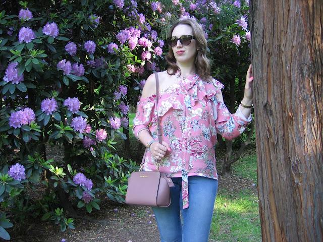 Asymetryczna bluzka wśród rododendronów oraz o tym dlaczego prowadzę bloga