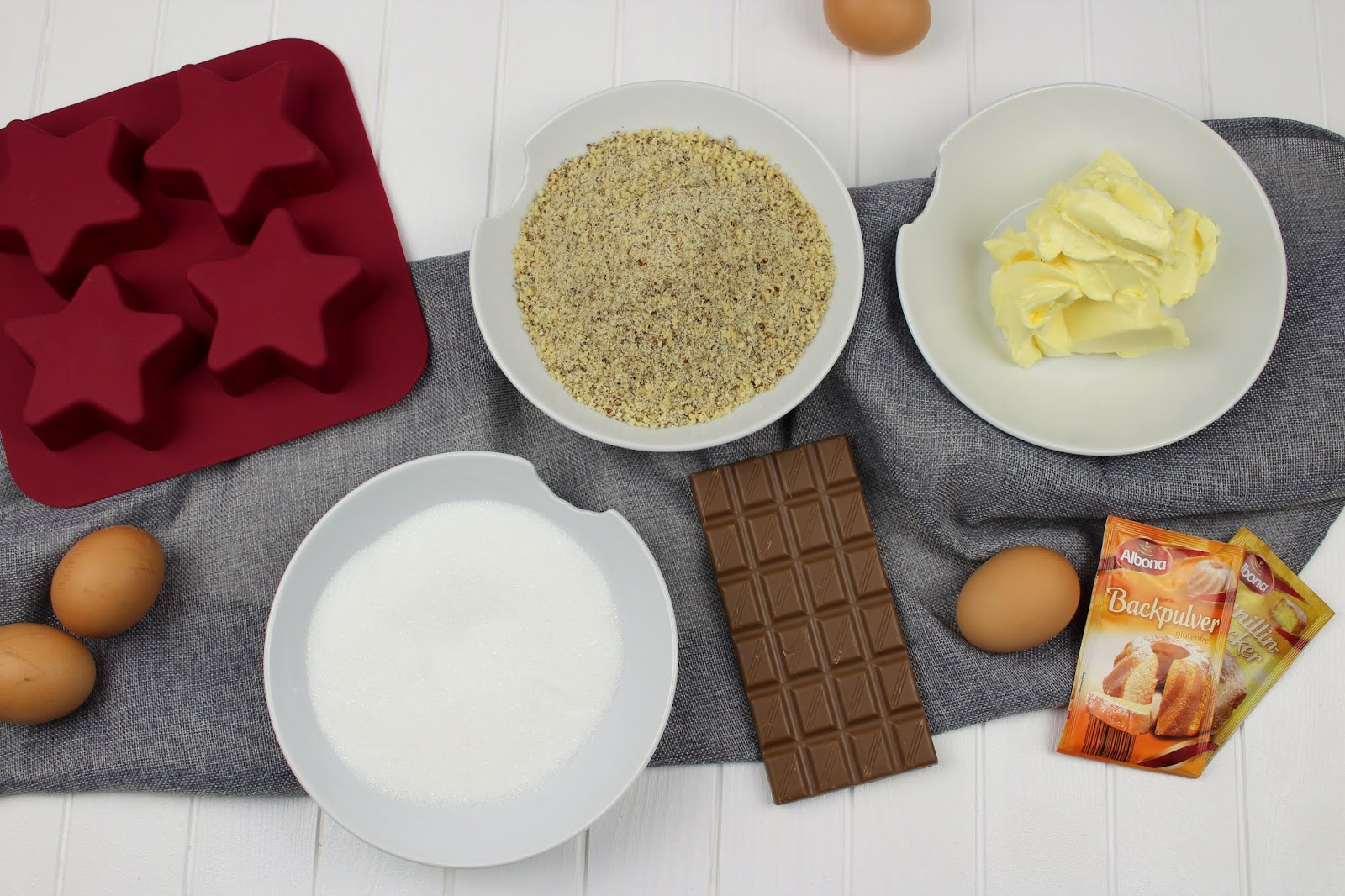 Rezept: Weihnachtlicher, saftiger Schoko-Nuss-Kuchen und ein weihnachtlich gedeckter Tisch mit Erwin Müller