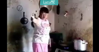 Video Kocak Anak 'Durhaka' Ngerjain Emaknya yang Latah Ini Keterlaluan Banget