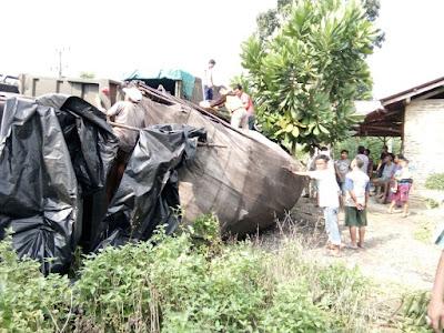 Gegara Stir Terkunci, Truk Muatan Deterjen Bubuk Terbalik di Desa Canggu