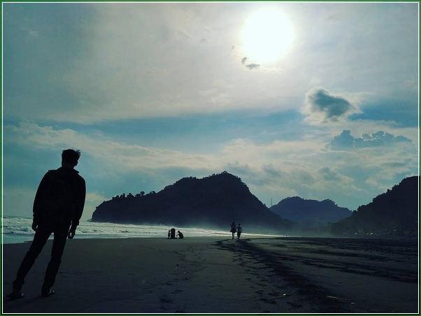 View Ke Arah Bukit Hud dan Karang Bolong di Foto Keindahan Pantai Suwuk Kebumen - Destinasi Wisata Paling Lengkap Untuk Keluarga