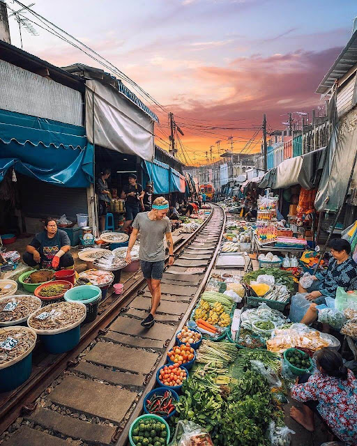 Maeklong là một chợ địa phương thuộc tỉnh Samut Songkhram (Thái Lan). Ngôi chợ này còn được biết đến với tên gọi là Siang Tai (có nghĩa là cuộc sống mạo hiểm trong tiếng Thái). Chợ trải dài 100 m, nằm gần ga tàu Maeklong, quận Mueng.