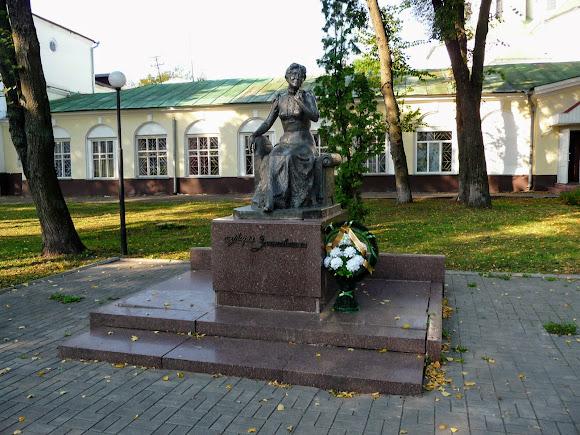 Ніжин. Пам'ятник актрисі Марії Заньковецькій в сквері її пам'яті