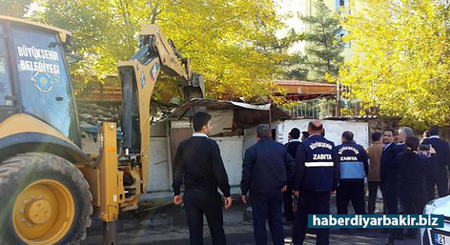 DİYARBAKIR-Diyarbakır'ın merkez Yenişehir ilçesinde hastaneler bölgesinde bulunan bir bakkal, zabıta ve polis eşliğinde yıkıldı.