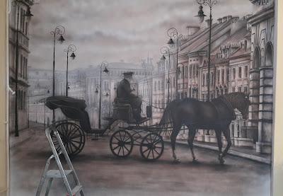 Mural malowany na Ścianie w firmie szkoleniowej. Obraz czarno-biały, monochromatyczny. MAlowanie starej zabytkowej warszawy, obraz przemalowany ze starego zdjęcia