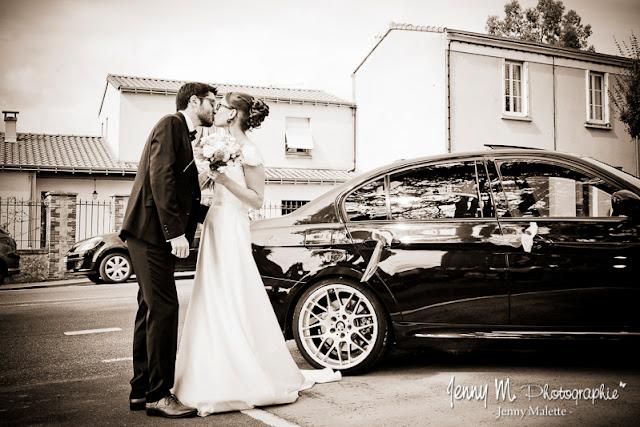 les mariés s'embrassent devant la mairie, photo sépia
