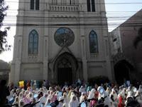 Toleransi Luar Biasa, Halaman Gereja Ini Di Sediakan Untuk Tempat Salat Untuk Muslim