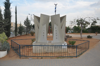 פסל לוחות הברית בבת ים של אבנר בר חמא
