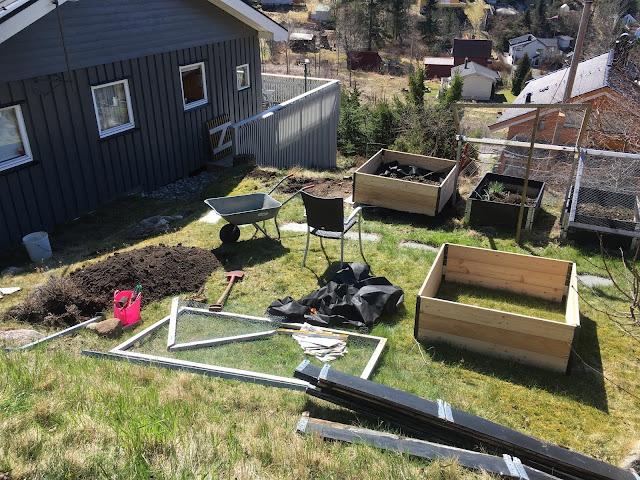 Her ser du drivhusene fra Growcamp under montering og plassering