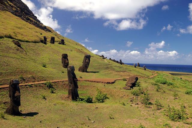 Trilha no vulcão Rano Raraku na Ilha de Páscoa