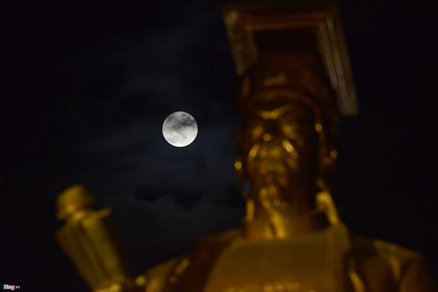 Mặt Trăng tỏa sáng phía sau Tượng đài Lý Thái Tổ ở quận Hoàn Kiếm, Hà Nội. Hình ảnh: Tiến Tuấn/Zing.vn.